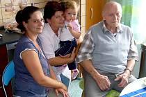 VÁCLAV NEJDL OSLAVIL DEVADESÁTINY. Na snímku s dcerou Janou Köglerovou, vnučkou Janou Pánkovou a nejmladší pravnučkou Kristýnkou.