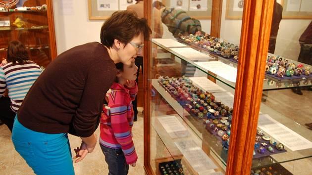 Z vernisáže výstav vinutých perlí a korálků i obrazů s indiánskou tématikou v Chodském hradu.