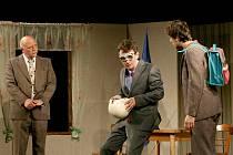 Představení Ať žije Bouchon v podání horšovskotýnských ochotníků.
