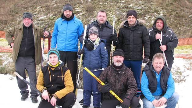 Kvíčovičtí v neděli 4. března si na místním obecním rybníce uspořádali hokejový turnaj napříč generacemi.