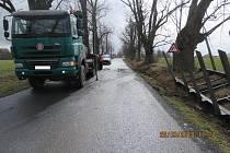 Mezi Hamrem a Trhanovem návěs z náklaďáku poškodil strom.
