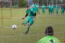 Penaltová loterie se v Mířkově povedla lépe hostům a odvezli si dva body. Na snímku luženická ´dvanáctka´ překonává ve třetí sérii domácího gólmana Bohuslava Martínka.