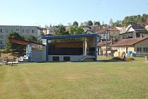 PÓDIUM doplnilo sportovní areál v Mrákově. Využíváno bude při kulturních, sportovních a společenských akcích.