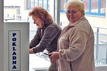 Přesně před rokem zahájily automaty v nemocnicích svůj provoz. Dnes už je těmto pokladnám téměř odzvoněno. Ne však proto, že by nevydržely, ale možná jich nebude potřeba, neboť vítězové krajských voleb přece předem slíbili občanům zrušení poplatků.