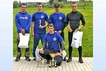 PAVEL KOUŘÍK z Dílů vyhrál TFA v Tachově (v podřepu). Za ním zleva Lukáš Pernikl, Martin Kopecký (2.), Jaroslav Klička a JIŘÍ HNYK (3.).