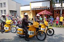 Již podruhé se uskutečnil na prostranství před restaurací Špillarka v Postřekově sraz majitelů motocyklů Jawa a CZ. Mezi milovníky motocyklů nechyběli jezdci na policejních motorkách, samozřejmě v dobových uniformách.