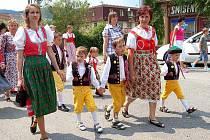 CHODOVEM ZÁŘILY CHODSKÉ KROJE. U příležitosti II. Srazu rodáků obce Chodov se uskutečnil průvod, ve kterém nechyběly různé druhy chodských krojů. Oblékli je rodáci všech generací.