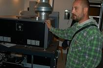 ZÁZEMÍ v promítací kabině ukazuje Michal Karolyi, vedoucí technického provozu MKS Domažlice.