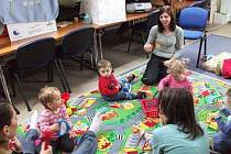 Z ANGLIČTINY PRO NEJMENŠÍ. Děti se učí anglická slovíčka formou hry, na své si přijdou i rodiče.