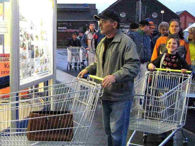 V sedm hodin ráno vstoupili včera nedočkaví zákazníci do první prodejny Lidl na domažlickém okrese. Čekalo tu na ně nejen zboží za výhodné akční ceny, ale i ochutnávky a soutěže pro děti.