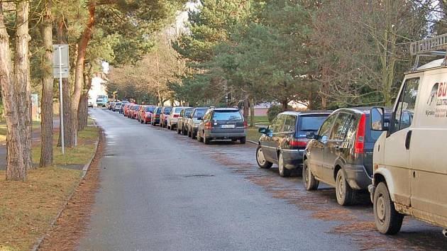Řidiči, kteří parkují v Palackého ulici v Domažlicích, nevědomky porušují předpisy