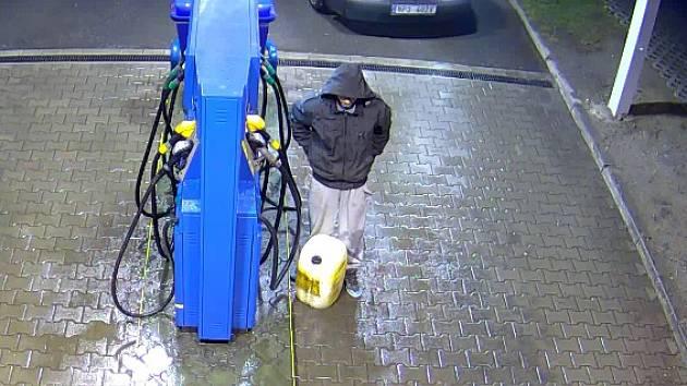 Kamerový záznam zachycuje zloděje při činu.