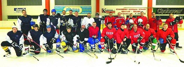 Společný snímek hokejistů CSKA Domažlice a týmu učitelů.