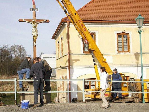 Návrat sochy Ježíše Krista na most v Horšovském Týně.