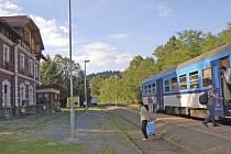 Pocinovičtí jsou zcela závislí na cestování vlakem. Plánované zrušení některých spojů je nadzvedlo ze židlí.