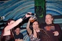 Dark Angels pokřtili při oslavách pěti let svého trvání split CD. Na snímku zleva Lucie Avramová, zpěvačka Jana Zahradníková z plzeňského SADu a Ifa.
