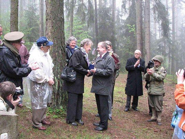 Z pietního aktu u pomníčku letce Virgila Paula Kirkhama v Zadní hoře pod Hrádkem.