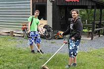 ZAČALI SEKAT OKOLÍ RYBNÍKA MÍSOV. Studenti Jakub Přibyl (vpravo) a Tomáš Adámek se pustili do sekání ve čtvrtek 2. června dopoledne.