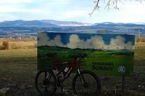Turisté si mohou na Baldově prostudovat tabuli s popisem vrcholů Šumavy.