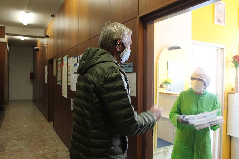 Předání štítů kdyňským lékařům.