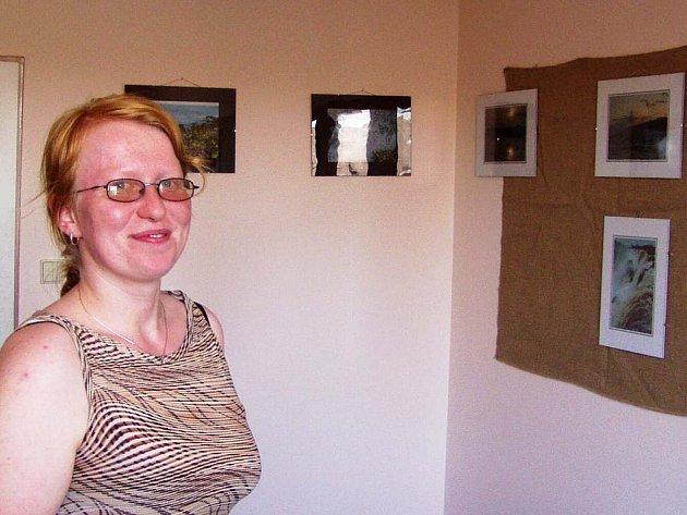 Hana Krumlová v kanceláři Ekocentra Taurus, kde se konají také výstavy fotografií