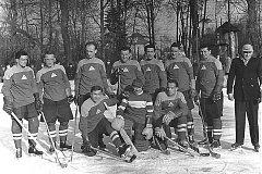 Na snímku hokejového týmu Domažlic z roku 1957 je František Bezvoda pátý zleva.