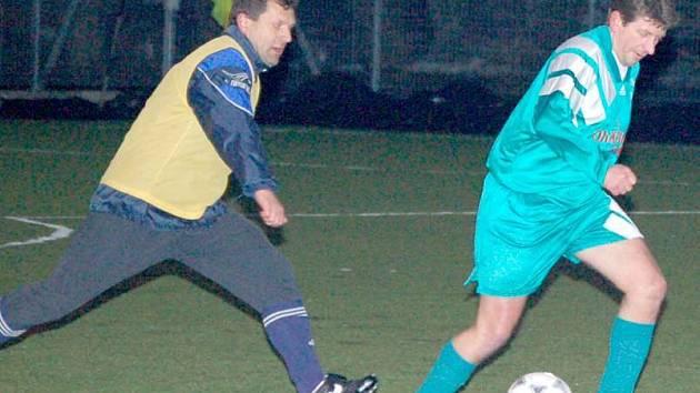MĚ NEDOŽENEŠ. Domažlický Pavlíček (ve žlutém dresu) dohání německého hráče. Snímek z minulého utkání s Furthem im Wald.