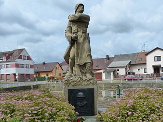 Pomník věnovaný obětem I. světové války a Václavu Pejsarovi.