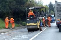 Výsprava silnice probíhá bezprostředně po vyfrézování špatných úseků.