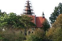 Z opravy kostela sv. Vavřince v Tasnovicích.
