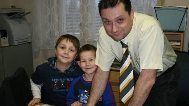 Ředitel Vladimír Foist přivítal u zápisů budoucí školáky poběžovické základní.