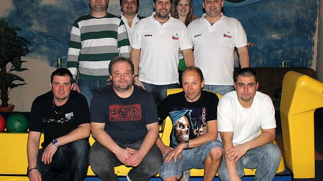 První semifinálový zápas za Karpem (zadní řada) hráli Růžek, Rak, Raková, Holinka a Švejnoch. Za DSP nastoupili Schreiner, Benzl, Koutník a Peroutka.