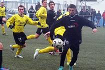 Horažďovický Ion Butnaru v duelu s Jiskrou Domažlice B. V minulé sezoně působil v Dynamu H. Týn.