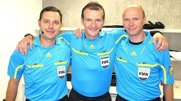 FOTBALOVÝ ROZHODČÍ Pavel Královec z Domažlic se svými českými kolegy na Mistrovství světa U 17 v Mexiku.