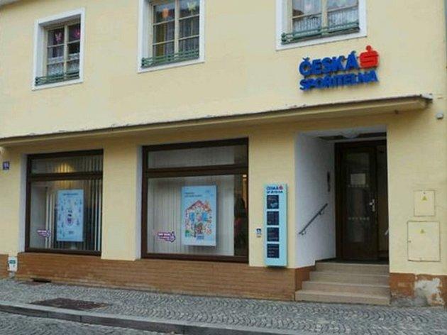 Horšovský Týn ( na snímku) nebo Holýšov. Pobočky v těchto městech jsou v poslední době útočištěm občanů ze Staňkova, kteří již  nemohou využívat pobočku České spořitelny ve svém městě.