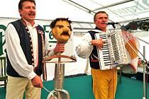 Na setkání harmonikářů nesmějí chybět muzikant, zpěvák Domažličanky a starosta Spáňova Josef Kupilík (vlevo) a známý harmonikář, moderátor a poutavý vypravěč Josef Pospíšil.