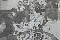 Dobová popiska: Jednou z partií šachového duelu Sokola Domažlice a Motorletu Praha byla i pěkná partie domácího Svobody s pražským mistrem Maršálkem.