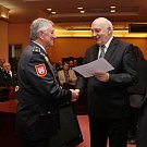 Hejtman Václav Šlajs předal pamětní medaile také dobrovolným hasičům z Domažlicka. Třetí v pořadí si pro medaili došel Tomáš Kohel.
