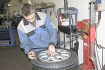 JARNÍ PROHLÍDKU vozu lze spojit s přezutím ze zimních na letní pneumatiky.