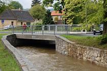 NOVÝ MOST v ulici npor. O. Bartoška a úpravy v korytu Zubřiny pomohly zvládnout zvýšené množství protékající vody.
