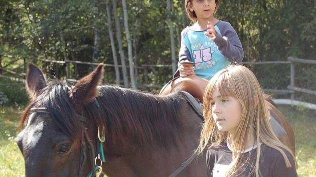 TJ Sedmihoří Oplotec připravilo pro děti jako rozlučku s prázdninami nejen různé soutěže o ceny, ale i svezení na koních.