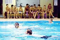 Na plavecký závod v domažlickém bazénu, který byl první disciplínou triatlonu ´Železný chovanec´, chlapci z hostouňského výchovného ústavu  dlouho a usilovně trénovali.