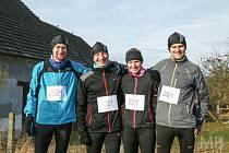 Vítězka seriálu Běžci Chodska sobě mezi ženami Vendula Peteříková (druhá zprava) se třemi autory běžecké série při neoficiálním Novoročním BĚHání v Draženově.