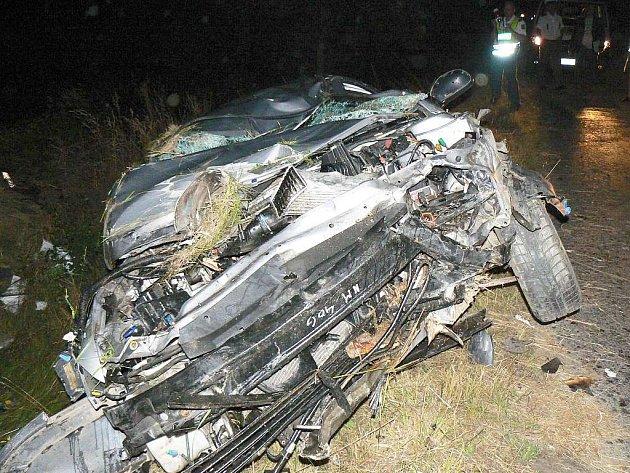 Ze stříbrného kombíku zbyla po nehodě jen hromada plechů. Rychlou jízdu zaplatil německý řidič životem