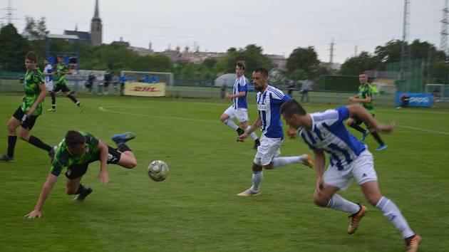 Ve svém úvodním zápase Memoriálu Matěje Strejčka vyhrála Jiskra Domažlice (v modrém) nad dorostem Viktorie Plzeň U19 6:3.