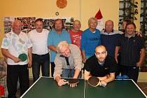 Účastníci tradičního předvánočního turnaje ve stolním tenisu pro veterány a zdravotně postižené ve Novém Spálenci.
