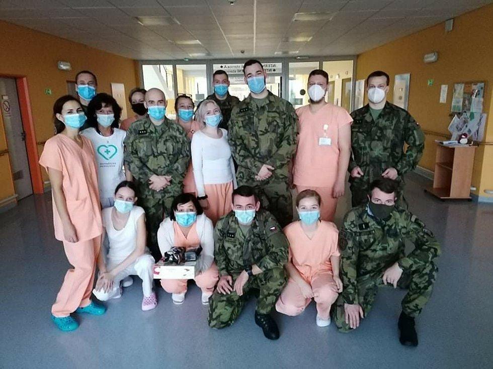 Vojáci z klatovského 142. pluku pomáhají v Domažlické nemocnici.