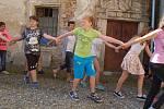 Školáci i další obyvatelé Poběžovic v úterý objali tamní zámek.