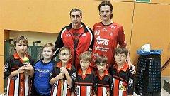 Mladí florbalisté Go Go H. Týn s trenérem Karlem Henclem a Jonášem Kreysou, hrdinou superligového zápasu Střešovic s Č. Lípou.
