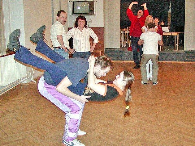 Jednou z lekcí tanečních pro dospělé bývá tzv. teplákovka.